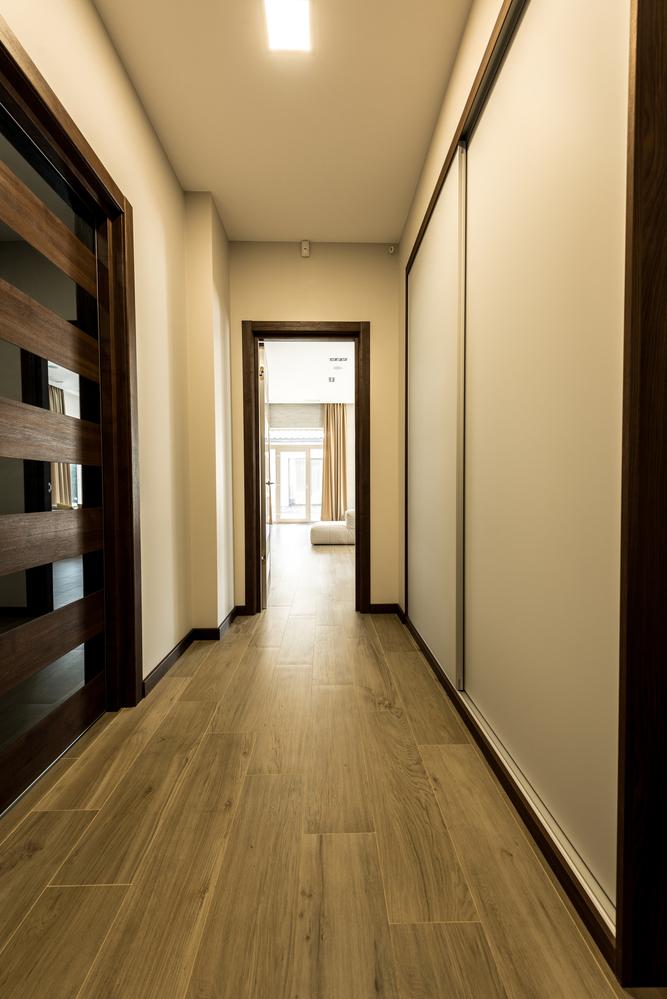 Как обустроить узкий коридор в квартире: полезные советы и ошибки в 2020 году